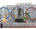 Памятник Лю Чанчунь на Олимпийской площади
