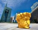 Золотая голова на фоне банка