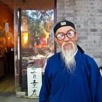 Китаец-торговец в очках