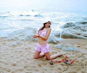Красивая китаяночка на пляже в Бэйдайхэ