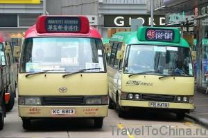 Зеленый и красный микроавтобус