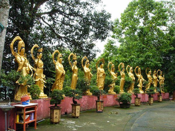 Статуи на территории монастыря