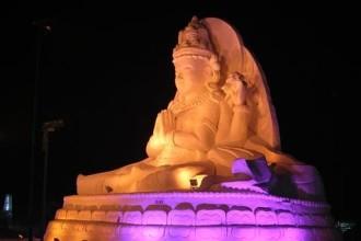 Статуя Будды из снега